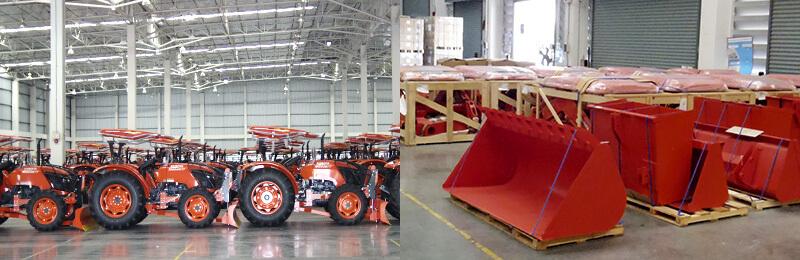 AGLT社の倉庫に保管されているトラクターと取り付けるバケット