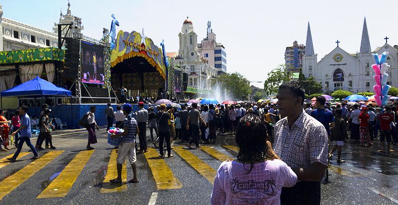 スーレーバゴダ前の広場での水かけ祭り